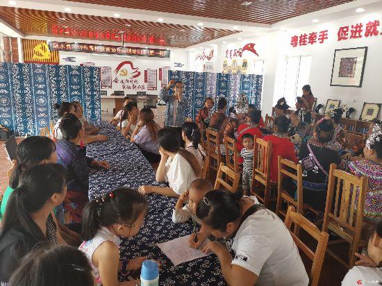 """融水县成立首个""""妇女之家巾帼扶贫车间"""""""