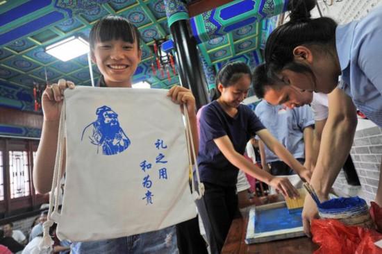 游客在顏府體驗中心體驗絲網印刷。記者  孟一 報道