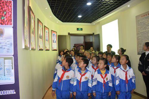 漳县组织学生参观禁毒教育基地