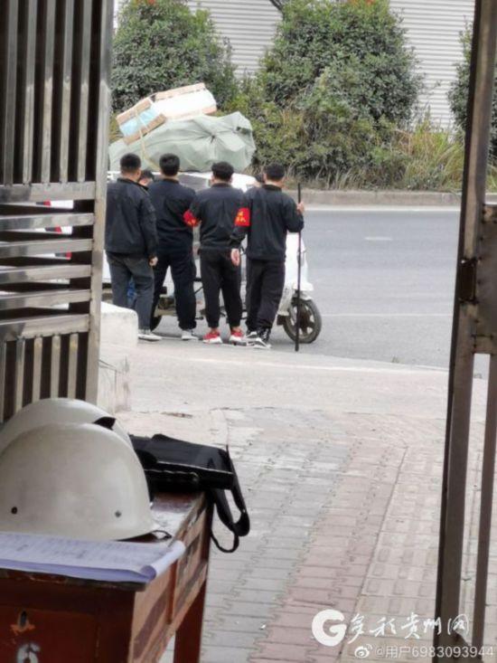 网传贵阳一学校不让快递员送包裹校方回应:纯属造谣