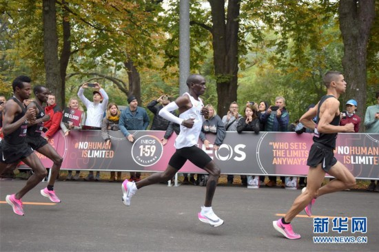 (体育)(1)马拉松――基普乔盖挑战2小时马拉松成功