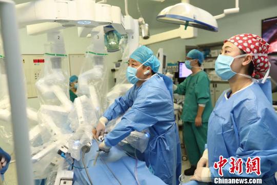 图为达芬奇XI手术机器人。 石鹏 摄