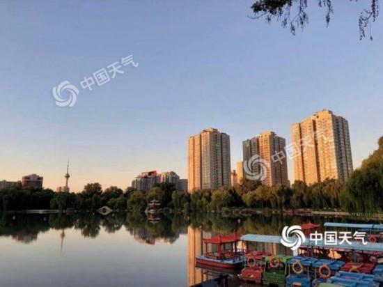 14日朝、晴れ間は広がるものの、外はかなり冷え込んだ北京(撮影・王暁)。
