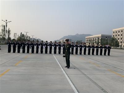 """成都小区""""小保安""""国庆阅兵方队""""大教官"""""""