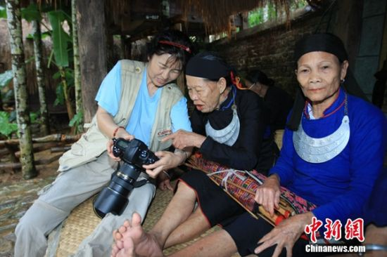 胡亞玲(左一)與黎族老人。 胡亞玲供圖