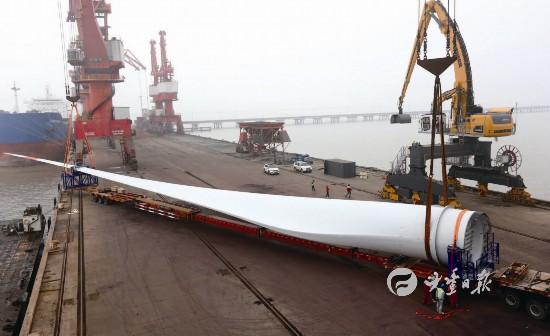盐城大丰港码头吊运国内最长风电叶片