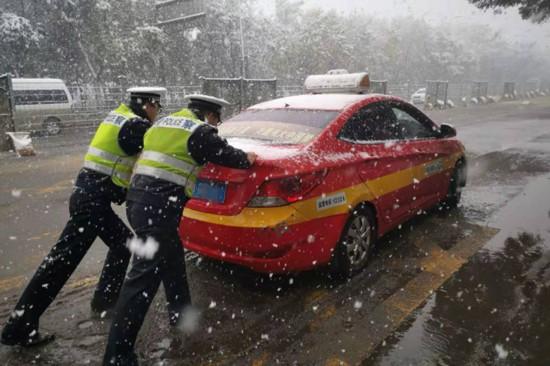 石嘴山交警启动应急预案 雪中巡逻保畅通