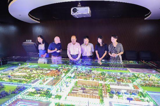 参观中国中冶展厅.jpg