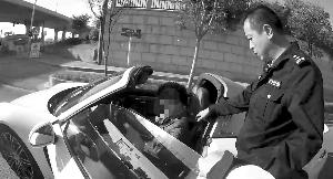 盐城大学生开保时捷带女友兜风 无证驾驶被拦停
