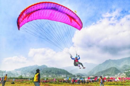 图为滑翔伞运动员降落至靶区。