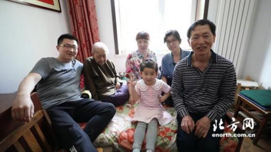 天津一家人义务照顾孤寡老人相亲相爱二十余载