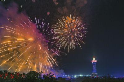 贵港市在贵港园博园举行焰火燃放活动