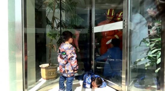惊险!双胞胎兄弟贪玩被困旋转门  固原消防10分钟成功救援