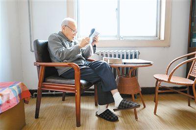 """91岁老人自学不辍一口流利英语成""""网红"""""""