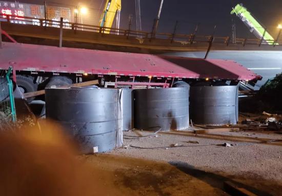 △事故发生后,浙江工业大学教授彭卫兵团队的成员第一时间赶到了现场,他们在现场拍摄到的这种圆柱形热轧钢卷是一种基础钢材,一个钢卷有28吨重。
