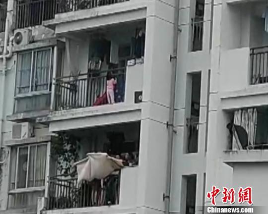 """南宁一幼童""""悬挂""""10楼阳台邻居拉被子紧急施救"""