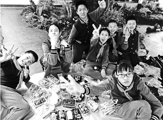 小学生秋游三大件:寿司鸡翅水果切家长早上五点起来准备