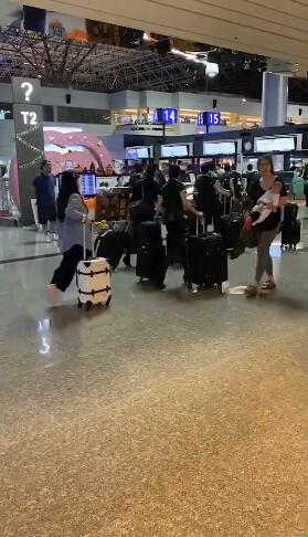 福原爱搞怪假装自己是空姐 网友:你好可爱!