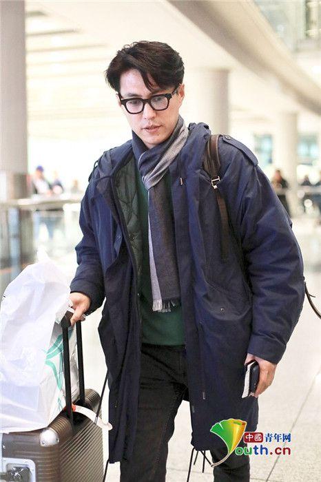 靳东戴眼镜斯文帅气 戴围巾多件衣服叠穿超保暖