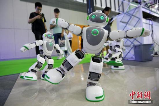 """资料图:图为""""互动机器人""""跟随着音乐跳舞。 <a target='_blank'  data-cke-saved-href='http://www.chinanews.com/' href='http://www.chinanews.com/'><p  align="""