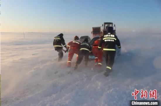 内蒙古遭遇暴风雪消防指战员6小时营救100余人