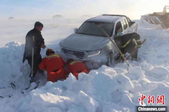 图为内蒙古自治区东乌珠穆沁旗消防大队营救现场。东乌珠穆沁旗消防大队供图