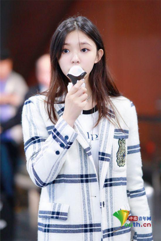 林允大冷天吃冰淇淋�小吃�皮�w白皙清�甜美