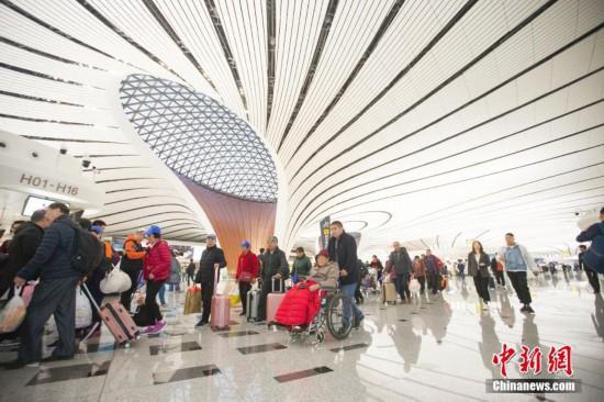 10月27日、北京大興国際空港から出発する市民(撮影・張雲)。