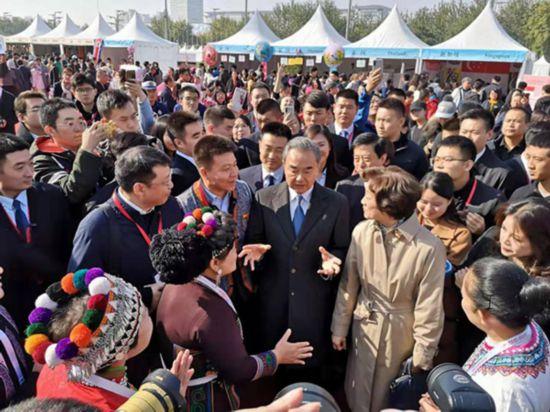慈善チャリティーバザー会場を訪れた王毅国務委員兼外交部長および銭韋夫人(撮影・辛恩波)。