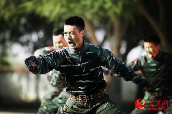 官兵为萌娃们表演军事动作。