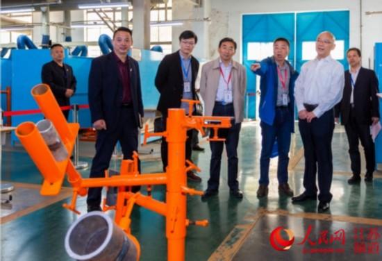 图为公众代表参观江苏电建一公司焊接培训(技术)中心实训车间。