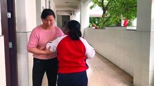 扬州女子背脑瘫女儿上下学7年 每天来回4趟