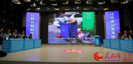 人大代表就发现的问题向被询问部门负责人发问。闫峰摄影