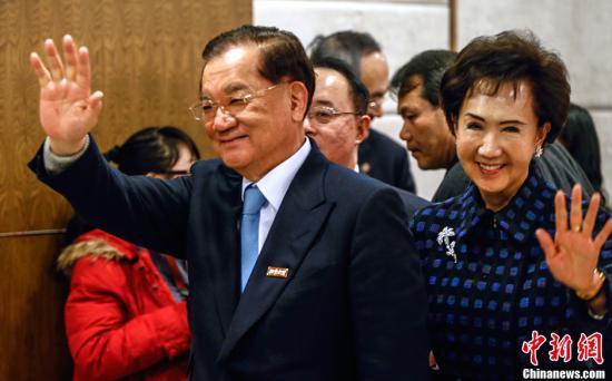 资料图为连战(左)。<a target='_blank'  data-cke-saved-href='http://www.chinanews.com/' href='http://www.chinanews.com/'><p  align=