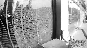 苏州工地铁钉击碎玻璃门 反弹进路过小伙肚子