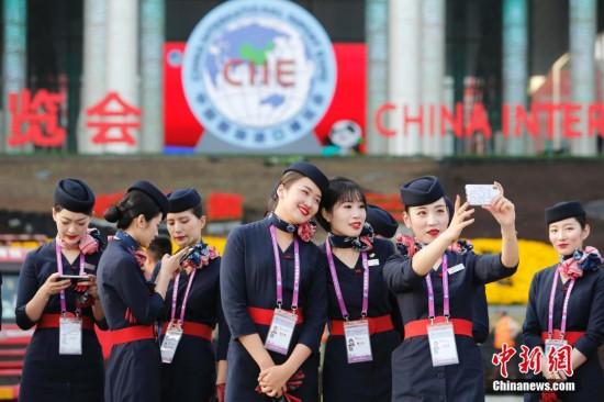 (图)东航近百名空姐志愿者全力保障第二届进博会