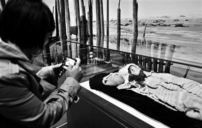 """70件珍贵文物展现新疆与丝绸之路历史进程 4000年""""小河公主""""神秘微笑仍清晰"""