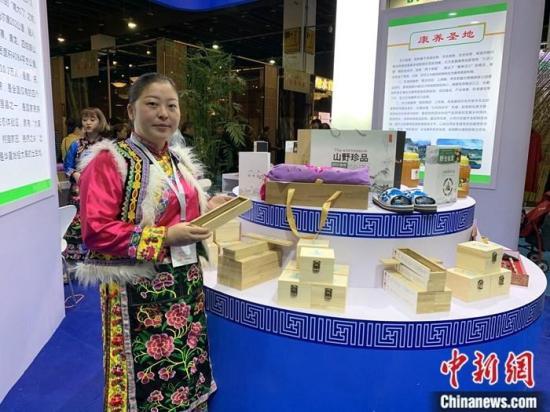 11月1日,第12届中国义乌国际森林产品博览会在浙江义乌开幕,本届展会吸引了来自32个国家和地区的1696家企业参展,参展产品10万种以上。图为展会上的汶川展台。<a target='_blank'  data-cke-saved-href='http://www.chinanews.com/' href='http://www.chinanews.com/'><p  align=