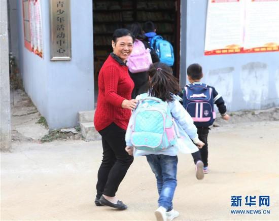 """(图片故事)(1)退休教师万美兰和她的""""儿童之家"""""""