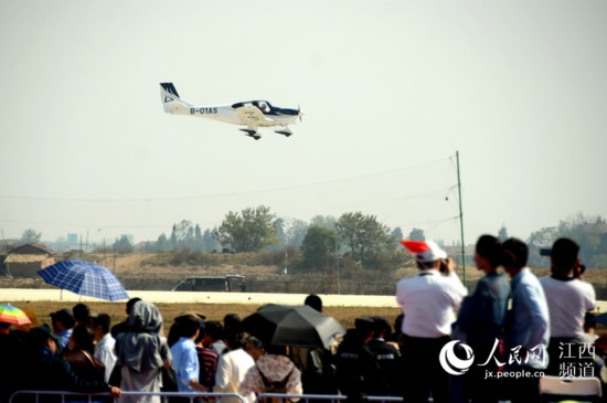 GA20飞机低空通场,完美的飞行姿态展现在观众面前。(时雨/摄)