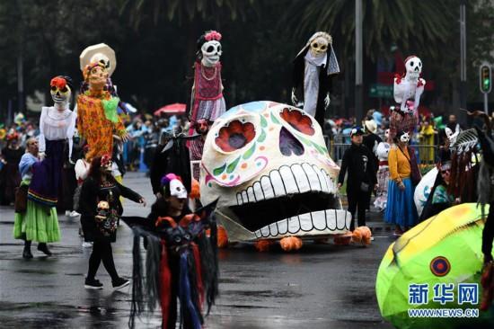 在墨西哥首都墨西哥城,人们参加亡灵节游行