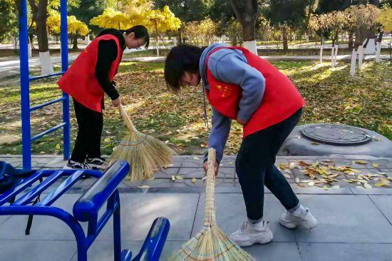 志愿者为城市添彩