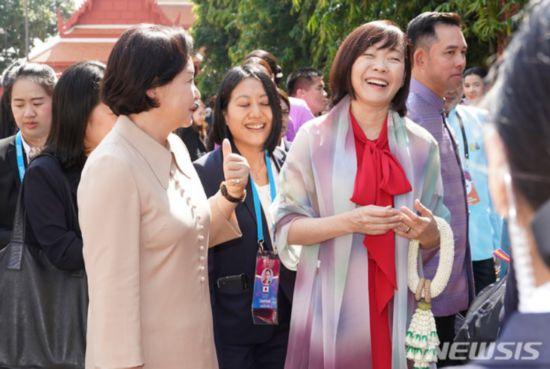 日本韩国第一夫人并肩游曼谷:有说有笑 亲如闺蜜