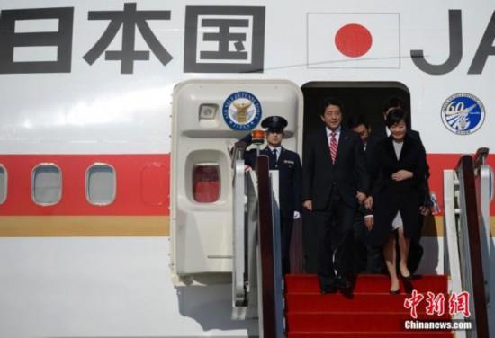 图1资料图:日本首相安倍晋三携妻乘波音747-200型专机出访。