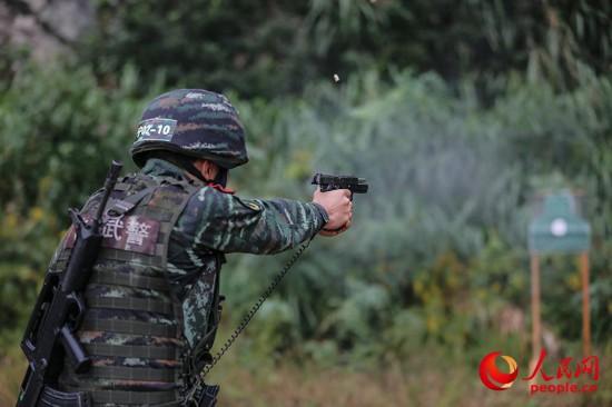 特战队员进行手枪快速精度射击