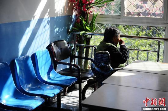 """10月13日,在北京市郊区一家专业收治阿尔茨海默病(Alzheimersdisease,中文俗称""""老年痴呆症"""")的专科医院,一位患有该病症的老人正在轮椅上晒太阳。因为该症状的特殊性,病房区的房门特意安装了电子锁,只能刷卡进出,以防止患病老人出现意外。近日,中国卫生部公开表示老年痴呆症规范名称是""""阿尔茨海默病""""。<a target='_blank'  data-cke-saved-href='http://www.chinanews.com/' href='http://www.chinanews.com/'><p  align="""