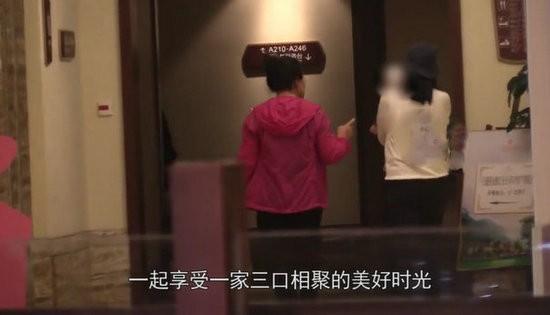 相聚不易!高圆圆抱女儿酒店内散步等赵又廷收工