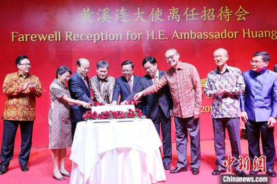 11月6日晚,中国驻东盟大使黄溪连离任招待会在印尼首都雅加达举行。图为切蛋糕仪式。<p  align=