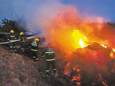 """<p>  10月30日18时许,农户麦场的草垛正被大火吞噬,现场浓烟滚滚。消防员按平时训练战术""""围剿""""猖狂的火魔。</p>"""