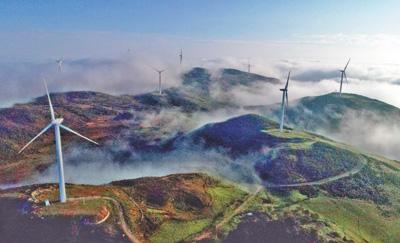 云南省文山壮族苗族自治州:风力发电机迎风转动